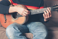 leka för gitarrman Fotografering för Bildbyråer