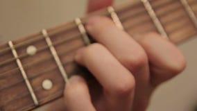 leka för gitarrman fingrar som fingrar ackorden arkivfilmer