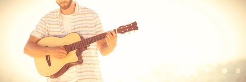 leka för gitarrmusiker arkivfoto