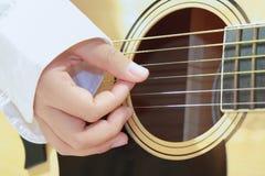 leka för gitarrmusiker Royaltyfria Bilder