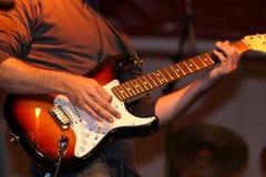 leka för gitarrmusiker Royaltyfri Fotografi