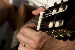 leka för gitarrperson arkivfoton