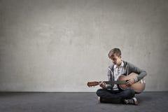 leka för gitarrunge arkivfoto