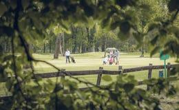 leka för golffolk royaltyfri fotografi