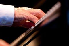 leka för handmusikerpiano royaltyfria bilder