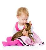 leka för kattflicka bakgrund isolerad white royaltyfria foton