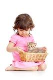 leka för kattunge för barn roligt Royaltyfria Foton