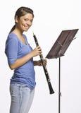 leka för klarinettflicka som är tonårs- Arkivfoton