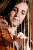 leka för kvinnligharpamusiker Royaltyfri Fotografi