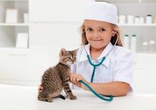 Leka för liten flicka som är veterinär- Arkivbild