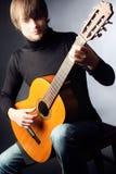 leka för man för gitarr stiligt royaltyfri foto