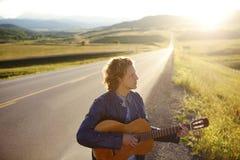 leka för musiker för gitarr male Fotografering för Bildbyråer