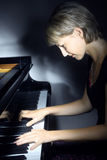 leka för piano för musikmusikerpianist Fotografering för Bildbyråer