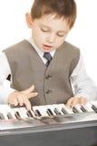 leka för piano för pojke elektriskt Fotografering för Bildbyråer