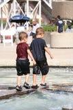 leka för pojkar Royaltyfria Foton