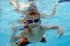 leka för pojke som är undervattens- Royaltyfria Foton