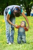 leka för pojkebarnmoder Royaltyfri Foto
