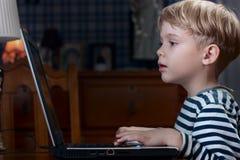 leka för pojkedataspel Royaltyfria Bilder