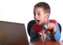 leka för pojkedataspelar Arkivbild