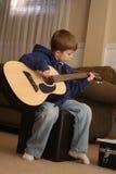 leka för pojkegitarr Arkivbilder