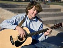 leka för pojkegitarr Fotografering för Bildbyråer