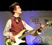 leka för pojkegitarr som är teen Fotografering för Bildbyråer