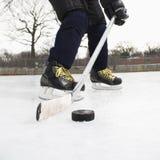 leka för pojkehockeyis Royaltyfri Fotografi