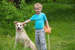 leka för pojkehund Fotografering för Bildbyråer