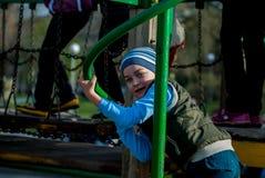 leka för pojkelekplats Royaltyfria Foton