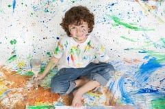 leka för pojkemålning Royaltyfri Foto