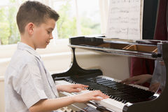 leka för pojkepiano Royaltyfri Bild