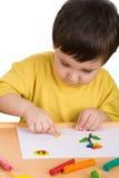 leka för pojkeplasticine Arkivfoton