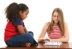 leka för schackflickor Arkivfoton