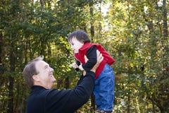 leka för sondotterfarfar Royaltyfri Foto