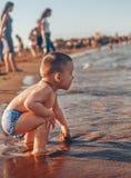 leka för strandbarn royaltyfria foton