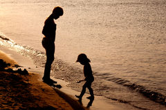 leka för strandfamilj Fotografering för Bildbyråer