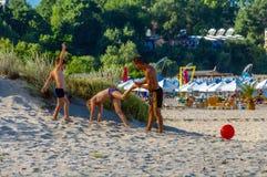 leka för strandpojkar royaltyfria bilder