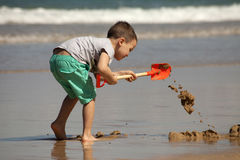 leka för strandpojke Royaltyfri Foto