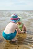 leka för strandungar Royaltyfri Fotografi
