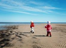 leka för strandungar Arkivfoton