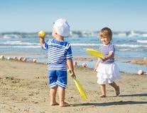 Leka för två ungar royaltyfri bild