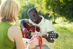 leka för vänmusik royaltyfria foton