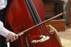 leka för violoncell Fotografering för Bildbyråer