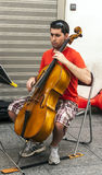 leka för violoncellman Arkivfoto