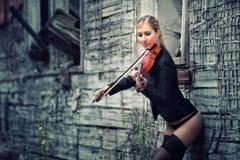 Leka fiol för ung flicka Arkivfoto