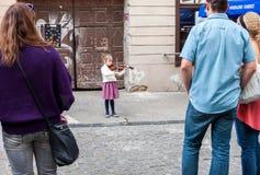leka fiolbarn för flicka Arkivfoton