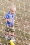 leka fotboll för barn Arkivbild