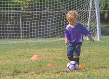 leka fotboll för barn Arkivfoto