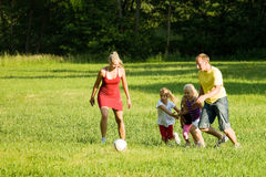 leka fotboll för familj Royaltyfri Bild