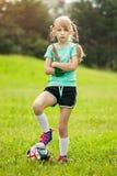 leka fotboll för flicka arkivfoto
